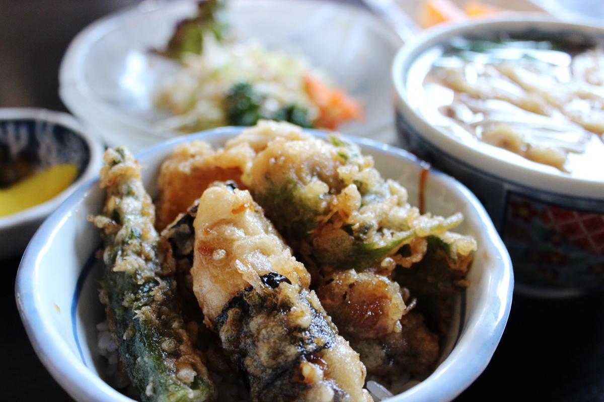 三州庵 牡蠣などの季節メニューもあります。(写真:チビカキ天丼)
